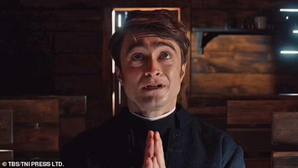 """Дэниел Редклифф станцевал стриптиз (почти) в новом эпизоде сериала """"Чудотворцы"""""""