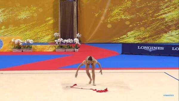 Гимнастка Дина Аверина на видео уронила ленту на ЧМ 2018 года и выиграла золото