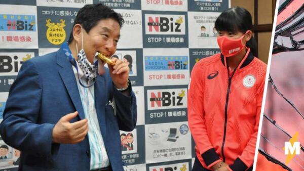 Мэр японского города Нагоя получил критику от Toyota, покусав олимпийскую медаль