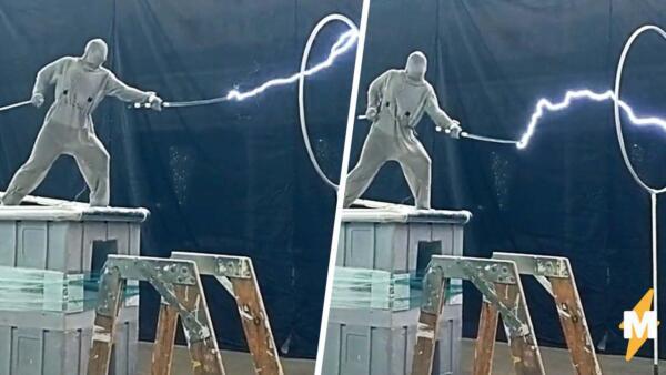 Блогер изучил физику, встал на электрогенератор и без последствий испустил молнии из катаны в руках
