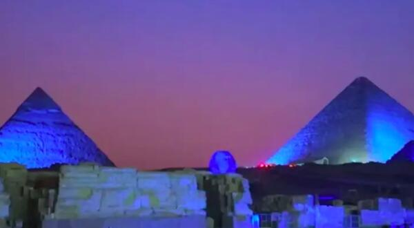 На ютубера из Египта подали в суд после слов, что пирамиды подсветили в честь гендер-пати в его семье