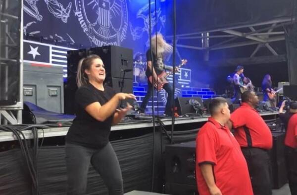 В Сеть попало видео сурдопереводчицы, раскачавшей толпу на концерте Меган Ти