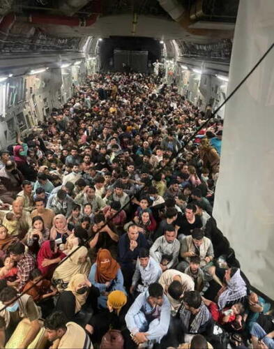 Женщин забыли. Пользователи Сети на видео с эвакуацией афганцев из Кабула видят лишь мужчин