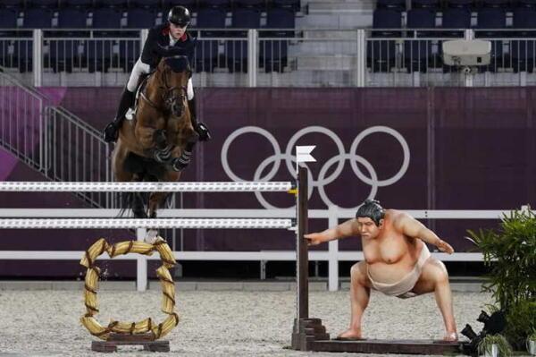 Организаторы Олимпиады убрали фигуру атакующего сумоиста, пугавшую лошадей