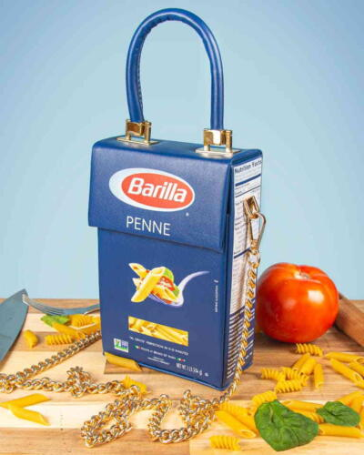 Американский дизайнер создал 100 экземпляров сумок, похожих на пачку макарон