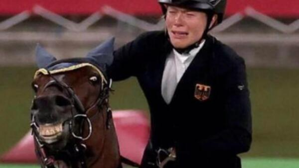 Лошадь Анники Шлеу, которая отказалась прыгать на соревнованиях, стала мемом