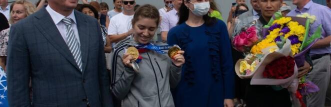 Чемпионку Олимпиады Виталину Бацарашкину встретили в Омске песней из «Ведьмака»