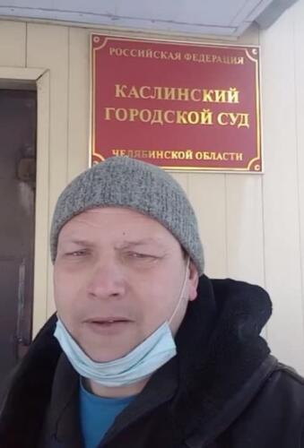 Россиянин из леса снимает видео, где прячется от полиции, которая его не ищет