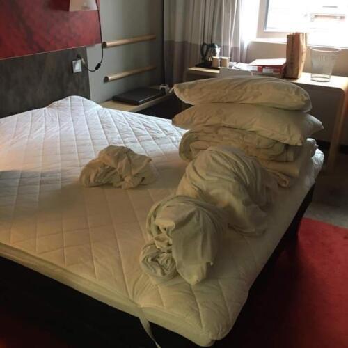 Блогер снял постельное бельё в номере отеля и вызвал спор