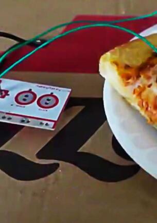 Стример смастерил геймпад из пиццы и частей контроллера и поиграл на нём в Dark Souls