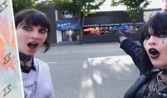 Две готки, одно фото и вагон мемов. Девушки так снялись на фоне кафе, что стали героинями фотожаб