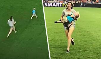 Маленький мальчик выбежал на футбольное поле в разгар матча и попал на видео