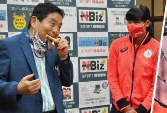 Мэр японского города извинился за то, что укусил олимпийскую медаль чемпионки Токио-2020