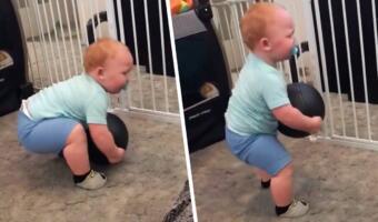 Плачет, но тянет. Годовалый малыш в становой тяге поднял мяч весом шесть килограммов