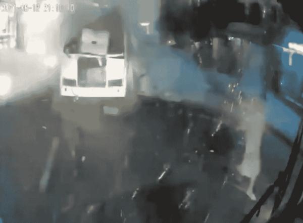 Перед взрывом автобуса в Воронеже женщина сажает подростка с пакетами в ПАЗ на видео