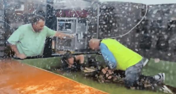 Посетитель зоопарка на видео спас смотрительницу от аллигатора. Мужчина оседлал хищника на видео