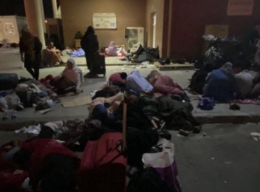Кидаются на колючую проволоку и отдают детей. Как беженцы штурмуют аэропорт, чтобы покинуть Афганистан
