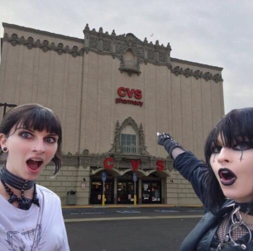 Две готичные девушки повторили мем с сойджеками, и их снимок стал вирусным трендом