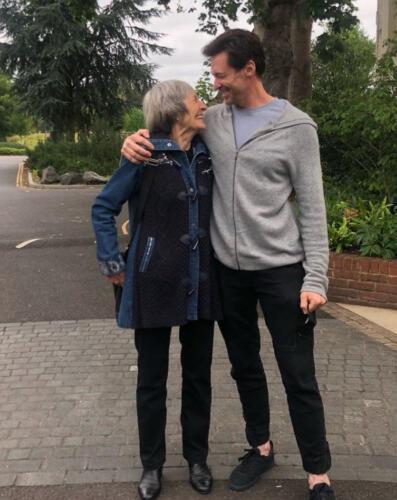 Актёр Хью Джекман опубликовал трогательное фото с матерью. Оно о прощении, принятии и втором шансе