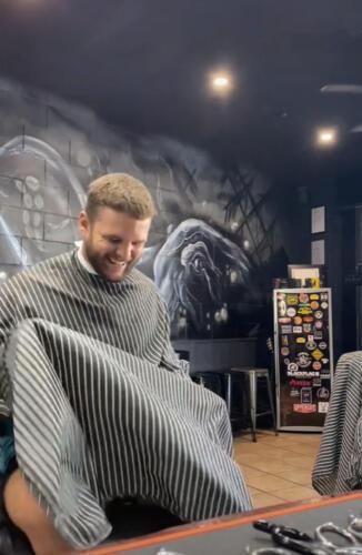 Барбер ради эксперимента неожиданно целует клиентов в лоб. Кто такая, эта ваша маскулинность