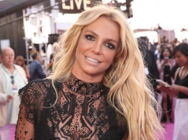 Суд отстранил отца Бритни Спирс от опеки, а фанаты всё ещё недовольны. Люди требуют справедливости