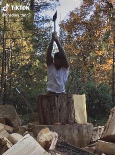 Накаченный блогер просто рубит дрова и зарабатывает миллионы лайков. Вместо рекламы -- топор и пресс