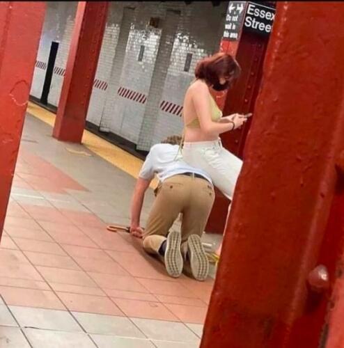 Парень на коленях, зато девушка сидит. Видео из метро удивило зрителей, это рыцарство или рабство