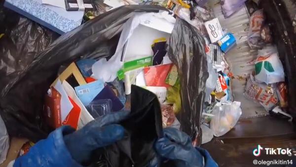 Перстни, игрушки и сумка BOSS. Тиктокеры штурмуют мусорные баки в тренде #помойкакормит