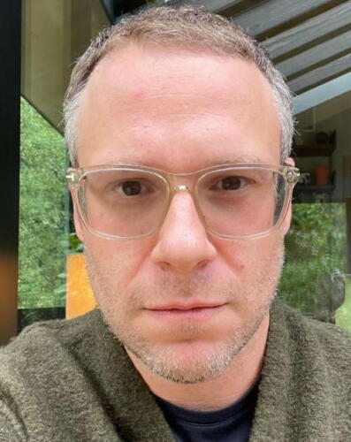 Сет Роген побрился и из бородатого гика стал похож на профессора из университета