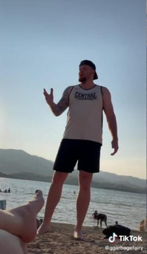 Мужчина решил поучить девушек, как одеваться на пляже, но выставил себя клоуном