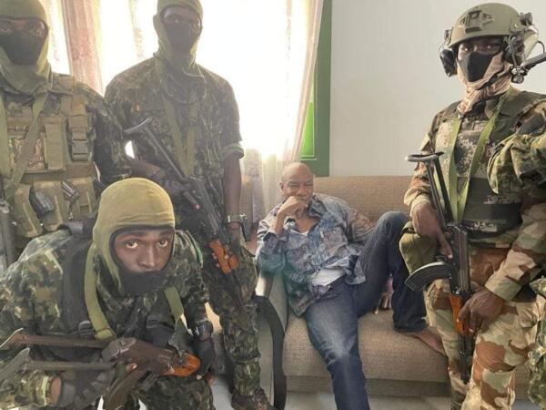 Пока вокруг хаос, президент Гвинеи на чилле и расслабоне. Фото Альфа Конде как мем о спокойствии