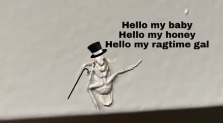 Делали ремонт, а получился мем. Как закрашенный в стене таракан стал шутками о Спарте и кабаре