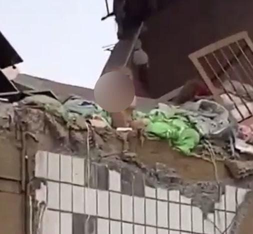 Смотрели, затаив дыхание. Девочка на стене взорванного дома в Ногинске показала стойкость взрослого