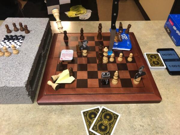 Шахматы без правил. Реддиторы разыгрывают партию с Роном Уизли, батарейкой и ножом вместо фигур