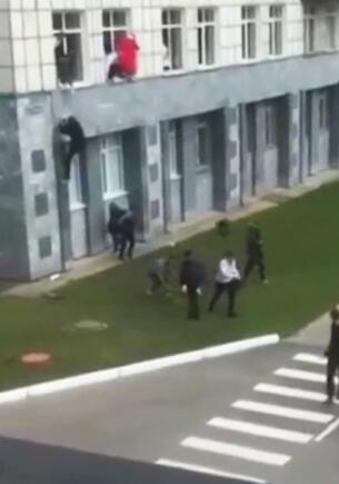 Из окон во время пермской стрельбы первыми прыгали парни? В Сети спорят, пересматривая видео из вуза