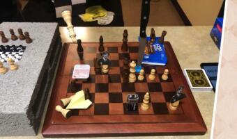 Как реддиторы разыгрывают самую абсурдную партию в шахматы. Нож в доске, ферзь-харассер и LEGO-пешка