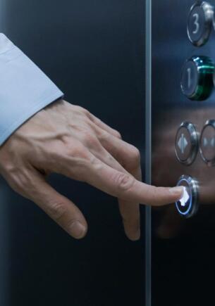 Увидел девушку в лифте — жди следующий. В Сети ругают мужчин, которые ездят в одной кабинке с женщинами
