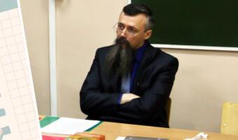 Люди вступились за невозмутимого педагога из Перми Олега Сыромятникова. Внизу стреляют, а ему хоть бы что