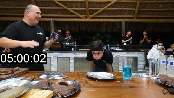 Блогер решил на скорость съесть 6 килограмм стейков и установи мировой рекорд, зрители и повар в восторге