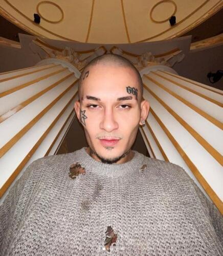 Моргенштерн сбрил волосы и снялся в рваном свитере на фоне роскошных интерьеров, запутав поклонников