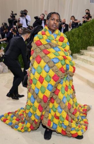 Пока звёзды блистали в нарядах на Met Gala, A$AP Rocky не мудрил и уютно завернулся в одеяло
