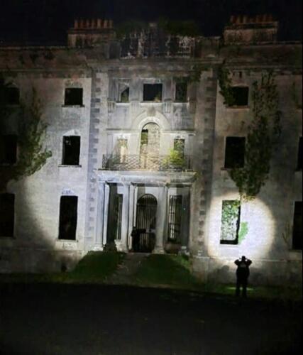 Кого увидели исследователи в окне старинной усадьбы? Очевидцы спорят о духах и энергетике дома с фото