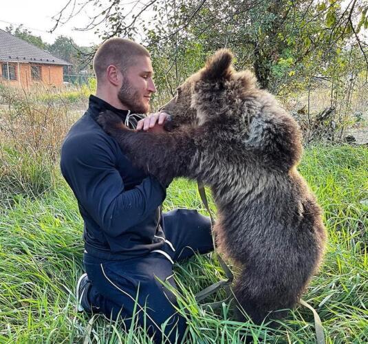 Научилась есть арбуз и целоваться. Как медведица Маша отплатила новым хозяевам за спасение