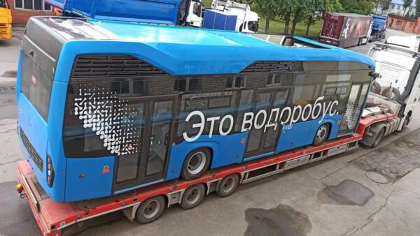 Что за мем «Это водоробус». Россияне шутят над автобусом на водороде, колесящим по Москве на грузовике
