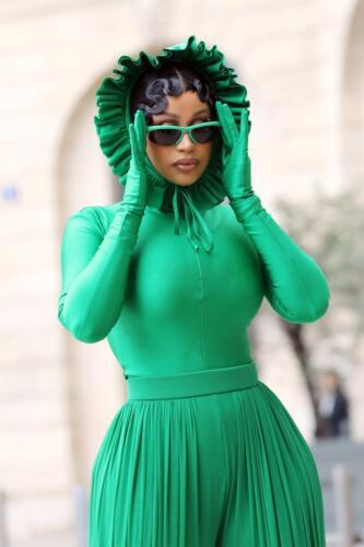 Карди Би в зелёном комбинезоне ворвалась в шутки прямо с красной дорожки. Лягушонок Кермит, подсолнух и ...