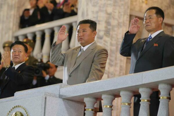 """Ким Чен Ын сменил легендарную """"площадку"""" на другую узнаваемую причёску. Крёстный отец, это ты?"""