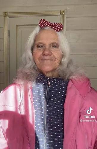 «Самая красивая бабушка». Пожилая модница покорила молодёжь нарядами и подростковыми шутками