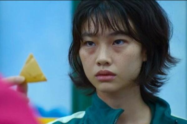 Угрюмая Чон Хо-Ён из «Игры кальмара» вдохновила косплеерш. Как перевоплотиться в 067 без смертельных состязаний