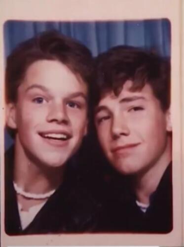 Бен Аффлек и Мэтт Дэймон показали фото, на котором им по 17 лет. Парные ожерелья, как у девочек в 5 классе?