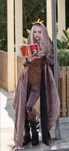 Граймс прошлась по улице с манифестом компартии, а в Сети думают, что она потроллила Илона Маска